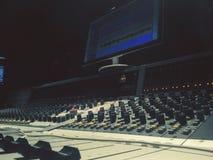 Aufnahme am Studio mit Mischer stockbilder