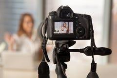 Aufnahmegeschäftsvideo auf moderner DSLR-Kamera Stockbilder