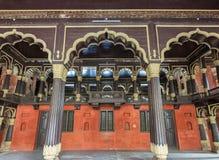 Aufnahmehalle und königlicher Kasten bei Tipu Sultan Palace in Bangalore. Lizenzfreies Stockfoto