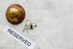 Aufnahmeschreibtisch im Hotel mit Draufsichtraum des Ringes und grauem des Hintergrundes der Schlüssel für Text Lizenzfreies Stockfoto