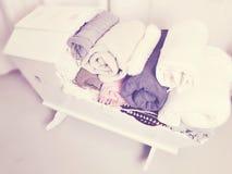 Aufnahmevorrichtung gefüllt mit Decken Stockfotos