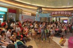 Aufpassen der Kindershow der Eltern im SHENZHEN Tai Koo Shing Commercial Center Lizenzfreies Stockfoto