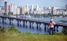 Aufpassen des Flusses Dnieper und der Paton-Brücke in Kiew Lizenzfreies Stockbild