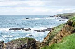 Aufpassen des Meeres von einer Klippe in Dunquin, Irland stockfotografie
