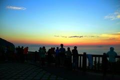 Aufpassen des Sonnenaufgangs an der Spitze des Berges Lizenzfreies Stockfoto