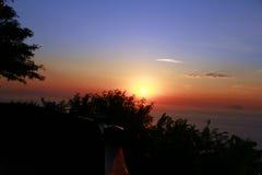 Aufpassen des Sonnenaufgangs an der Spitze des Berges Stockfotos