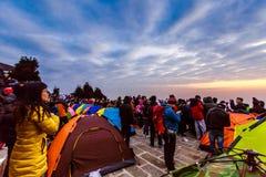 Aufpassen des Sonnenaufgangs an der Spitze des Berges Stockfoto