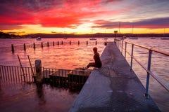 Aufpassen des Sonnenuntergangs von der Anlegestelle stockfotos