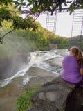 Aufpassen des Wasserfalls Lizenzfreie Stockfotografie