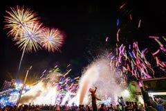 Aufpassende Ballone, Feuerwerke und Feiern der Menge Sylvesterabend lizenzfreie stockfotos