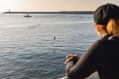 Aufpassende Boote und Vögel der Frau Lizenzfreies Stockfoto