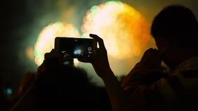 Aufpassende Feuerwerke silhouettierte Menge Feiertagshintergründe stock video