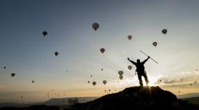 Aufpassende Fliegenballone im Himmel Stockfoto