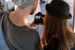Aufpassende Fotos des Fotografen und des Modells auf Kamera Stockbilder