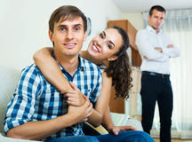 aufpassende Freundin des Ex-Liebhabers, die ihn lässt Stockbild