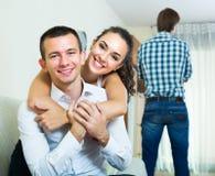 aufpassende Freundin des Ex-Liebhabers, die ihn lässt Stockfoto
