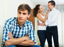 aufpassende Freundin des Ex-Liebhabers, die ihn lässt Lizenzfreie Stockfotografie