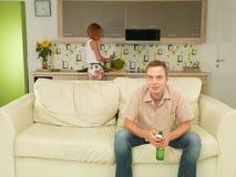 Aufpassende interessante Show des Mannes Fernseh Lizenzfreie Stockbilder