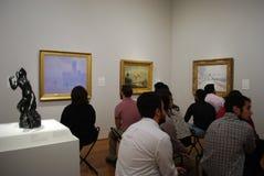 Aufpassende Kunstbilder der Leute am Museum Lizenzfreies Stockfoto