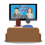 Aufpassende Nachrichten der Leute im Fernsehen Stockbild