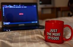 Aufpassende Reihe mit einer Tasse Tee Gerade eine weitere Episode Millen Stockfotografie