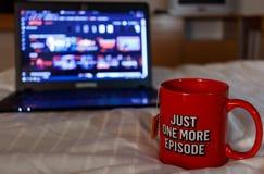 Aufpassende Reihe mit einer Tasse Tee Gerade eine weitere Episode Millen Stockfotos