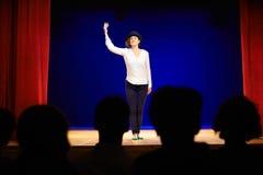 Aufpassende Schauspielerin der Leute auf Theaterstadium während des Spiels Lizenzfreies Stockfoto