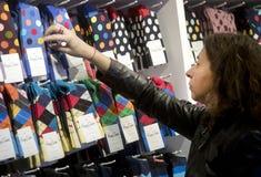 Aufpassende Socken und Preise des Käufers Stockbilder