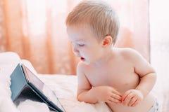 aufpassende Tablette des kleinen Jungen Lizenzfreies Stockfoto