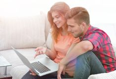 Aufpassende Videos der jungen Paare auf Laptop Lizenzfreies Stockfoto