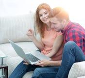 Aufpassende Videos der jungen Paare auf Laptop Lizenzfreies Stockbild