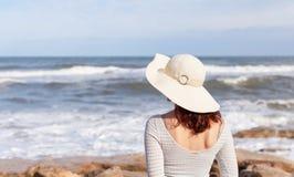 Aufpassende Wellen der Frau lizenzfreie stockbilder