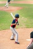 Aufpassender Baseball des jugendlich Spielers am Schläger Stockfotografie