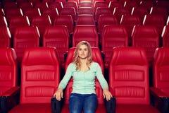 Aufpassender Film der jungen Frau im Theater Stockbilder