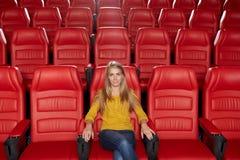 Aufpassender Film der jungen Frau im Theater Lizenzfreies Stockbild