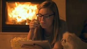 Aufpassender Film der jungen Frau mit Popcorn stock footage