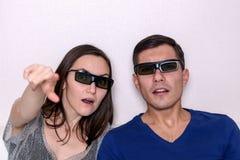 Aufpassender Film der jungen Paare in den Gläsern 3D, Nahaufnahmeporträt stockbilder