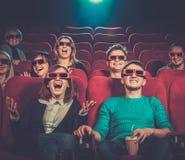Aufpassender Film der Leute im Kino Lizenzfreie Stockfotos
