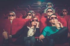 Aufpassender Film der Leute im Kino Stockbild