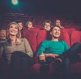 Aufpassender Film der Leute im Kino Lizenzfreies Stockbild