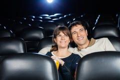 Aufpassender Film des glücklichen Paars im Theater Lizenzfreies Stockfoto