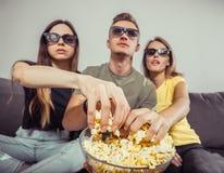 Aufpassender Film mit Freunden stockbilder