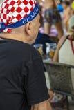 Aufpassender Fußball des alten kroatischen Fans im Fernsehen stockfotos