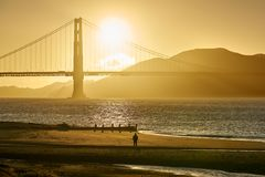 Aufpassender Golden Gate-Sonnenuntergang stockbilder