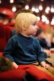 Aufpassender Karikaturfilm des netten Kleinkindjungen im Kino Stockfotografie