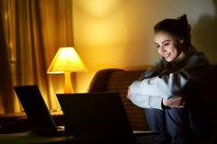 Aufpassender Laptop der Frau Stockfotos