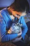 Aufpassender Laptop der Frau mit Katze auf den Händen Lizenzfreie Stockfotografie