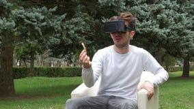 Aufpassender Multimedia-Inhalt des Studenten durch die Linse auf Gläsern der virtuellen Realität stock video