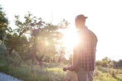 Aufpassender Sonnenaufgang des jungen hübschen Schlittschuhläufers Lizenzfreie Stockfotos