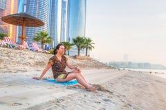 Aufpassender Sonnenaufgang des schönen Brunette auf dem Strand Stockfoto
